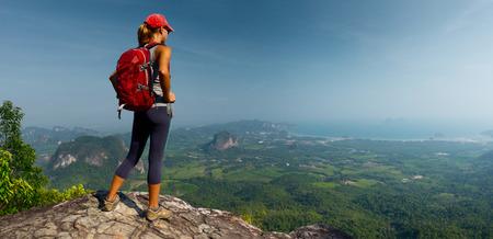 Lady caminhante na montanha