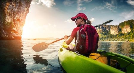 ocean kayak: Jovencita remar en kayak Foto de archivo