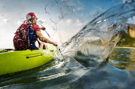 ocean kayak: Jovencita remando duro Foto de archivo