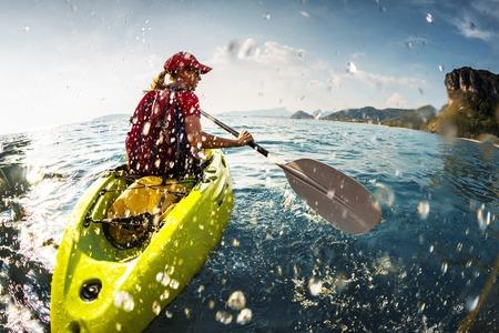 カヤックを漕ぐ若い女性