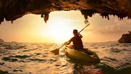 cueva: Jovencita remar el kayak Foto de archivo