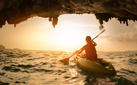 Jeune femme pagayer le kayak
