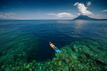Lady snorkelen op rif muur Stockfoto