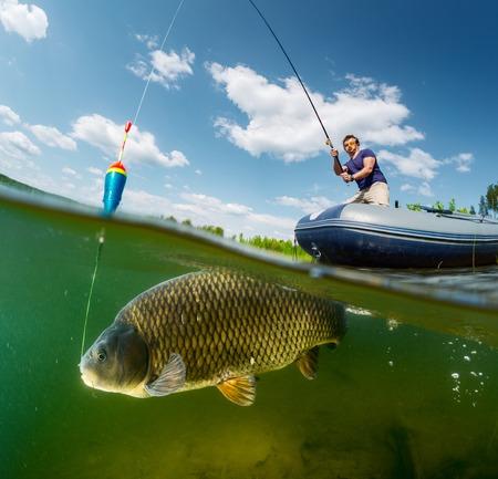 Podział strzał rybaka z prętem w łodzi i podwodny widok na duże ryby (karp z rodziny karpiowatych)