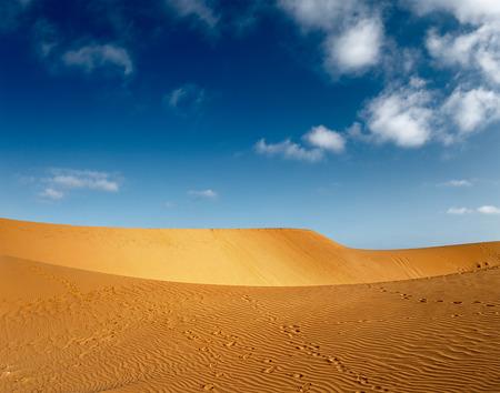 suelo arenoso: Desierto con dunas en día soleado. Mui Ne, Vietnam Foto de archivo