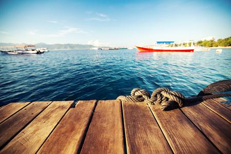 Jetée en bois et de la mer tropicale calme au lever du soleil. Concentrez-vous sur la corde