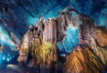 groty: Sztucznie podświetlone formacje wapienne w jaskini o nazwie Paradise. Region Phong Nha Wietnamu