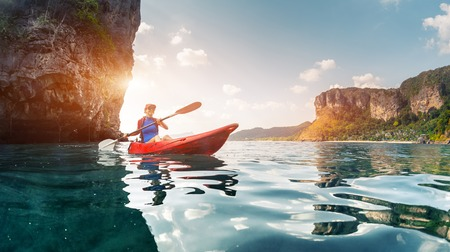 ocean kayak: Se�ora remar el kayak en la bah�a tropical calma