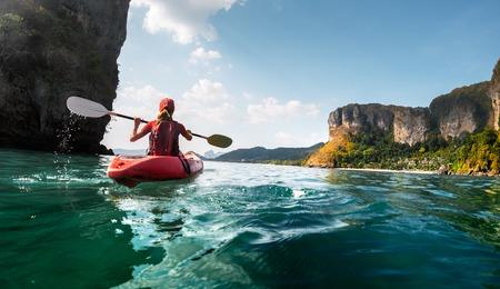 Lady Paddeln das Kajak in der ruhigen tropischen Bucht Standard-Bild - 47383547