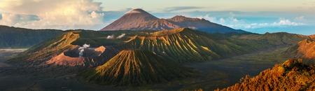 Panorama grupy wulkanów w Narodowym Parku wyspie Java w Indonezji. Bromo (palenie), Batok, Semeru wulkany Zdjęcie Seryjne