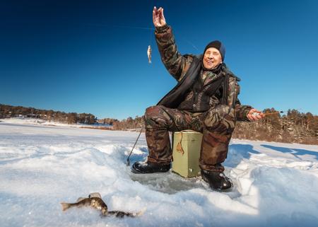 un p�cheur: P�cheur sur un lac � l'hiver journ�e ensoleill�e