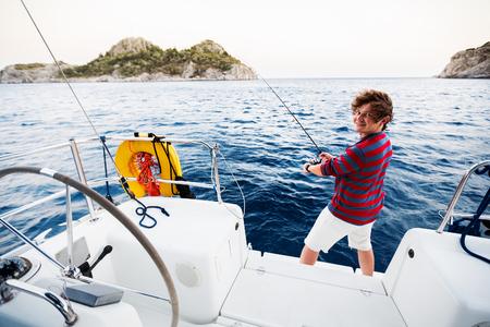 bateau de pêche: Homme de pêche du bateau à voile