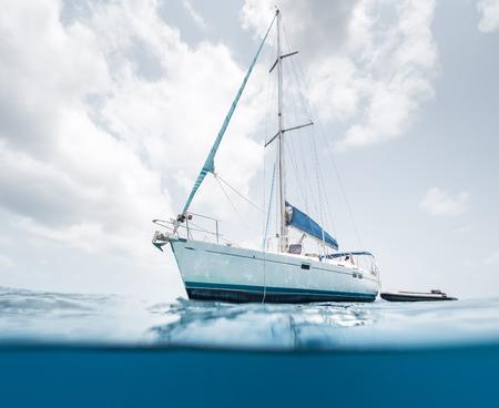 Gespleten schot van de zeilboot in de tropische zee