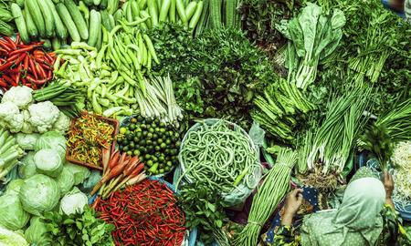 アジア市場の販売のための新鮮な野菜。パサール Siti Khadijah 市場、マレーシア