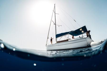 voilier ancien: Les jeunes sur un yacht en mer