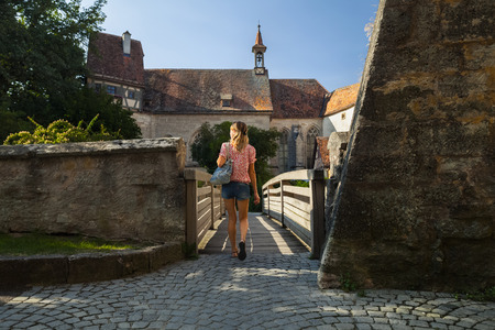 persona caminando: Joven que recorre turística de la mujer en una antigua localidad de Rothenburg. Alemania Foto de archivo