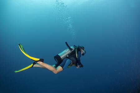 Scuba-duiker in een tropische zee Stockfoto