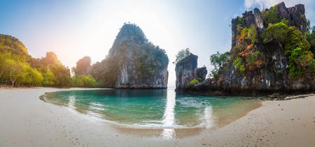 playas tropicales: Isla con una playa de arena y un enorme acantilado rocoso en el mar de Andaman Foto de archivo