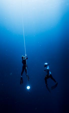 ロープに沿って昇順無料ダイバー 写真素材