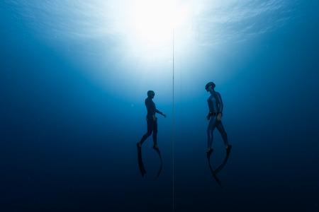 2 つの無料のダイバー、男と女、深さから昇順 写真素材