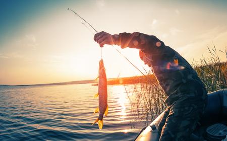 マヌィチ川で釣りに二人の男。カ...
