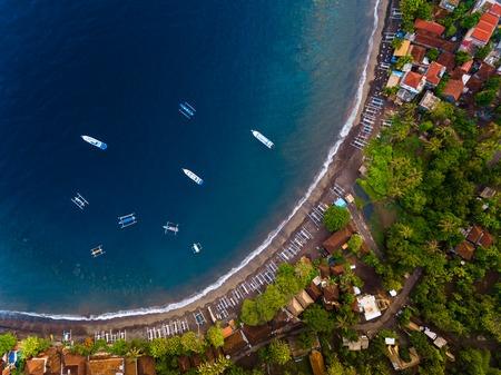 Toma aérea de una laguna tranquila con barcos y edificios. Bali, Indonesia Foto de archivo - 77562783