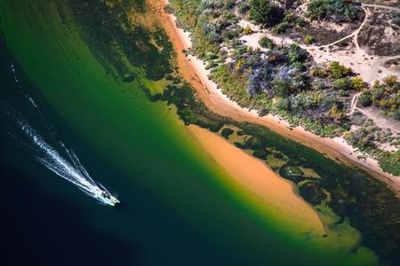 Boat moves on the river of Colorado, USA 版權商用圖片