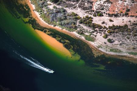 Boat moves on Colorado river, Arizona, USA 版權商用圖片