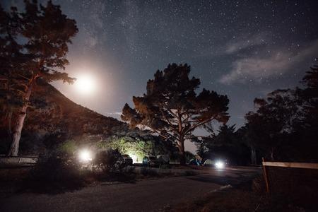 夜、米国ヨセミテ国立公園でのキャンプ