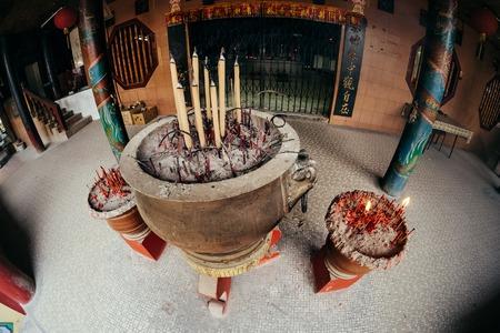 Wierookstokken die in de kom bij Chinese tempel, Penang branden. Maleisië