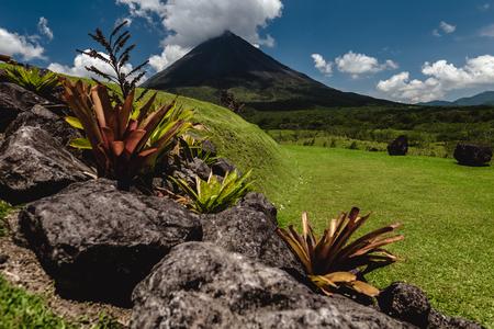 화산의 Arenal 화창한 날에 전경 돌. 코스타리카