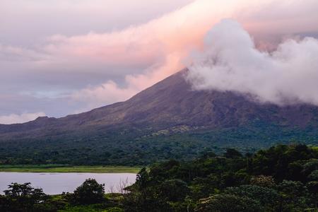Arenal의 화산 일출 구름에 덮여. 코스타리카 스톡 콘텐츠