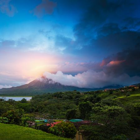 Arenal, 코스타리카의 화산 위에 폭풍이 구름 스톡 콘텐츠