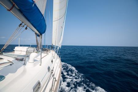 Zeilboot bewegingen in de open zee onder de zeilen. Geen land of eilanden aan de horizon