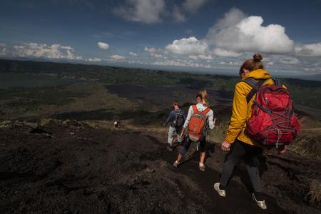 골짜기에서 산책하는 등산객들의 팀