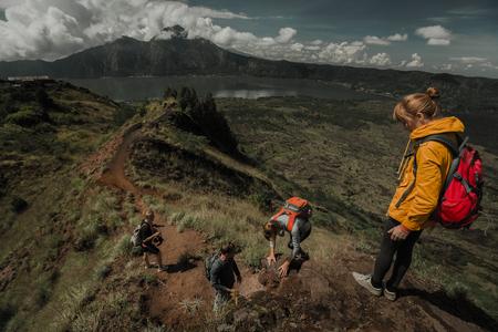 谷で歩くハイカーのチーム 写真素材