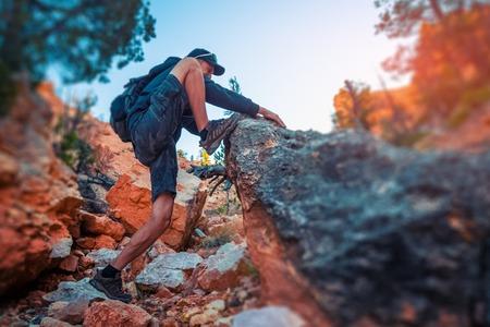 ハイカーは、急な岩場を登る