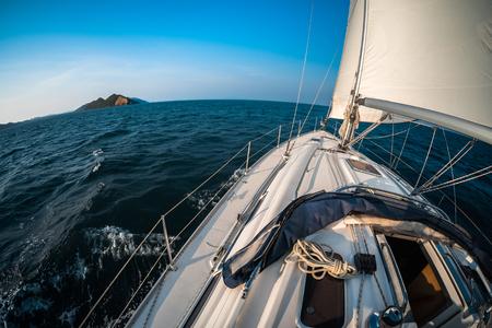 Jacht varen in de tropische zee Stockfoto