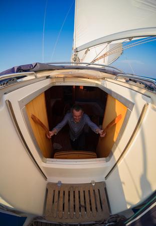 航行ボートの若い大人のセーラー