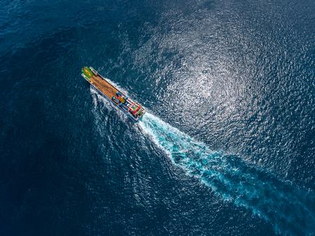Lucht schot van het vrachtschip die zich in de oceaan bewegen