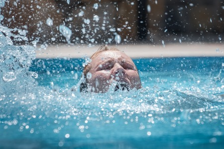 Person drowns in the pool with splashes Banque d'images