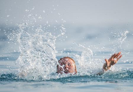 여자가 바다에서 익사합니다.