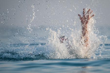 La persona affonda nel mare Archivio Fotografico