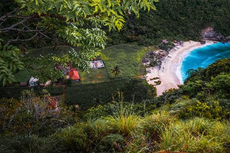 열 대 해변의 Atuh 누사 Penida, 발리, 인도네시아의 섬에 무성 한 식물에 둘러싸여