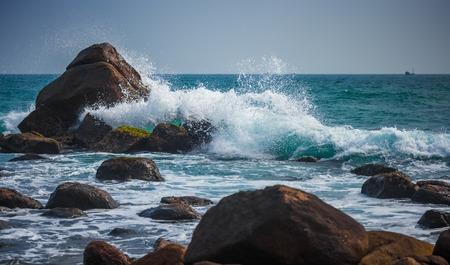 強力な海の波が岩の上改します。 写真素材