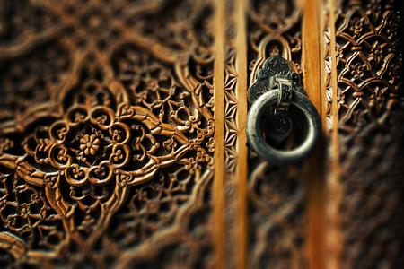 Oude houten deur en metalen ringhandvat