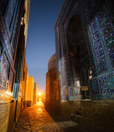 Alter Komplex von Gebäuden von Shakh I Zinda in der Stadt von Samarkand, Usbekistan Standard-Bild - 87868541