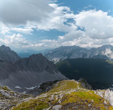 ふわふわの雲と夏の晴れた日のアルプス。オーストリア