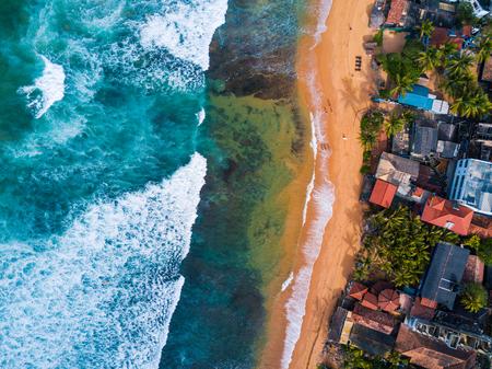 Hikkaduwa 마을, 스리랑카의 Narigama 해변의 공중보기 스톡 콘텐츠