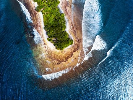 Luchtfoto van het tropische eiland Kaafu atol, Malediven. Eiland met beroemde surfspots genaamd Sultans (rechts) en Honkeys (links van het eiland)